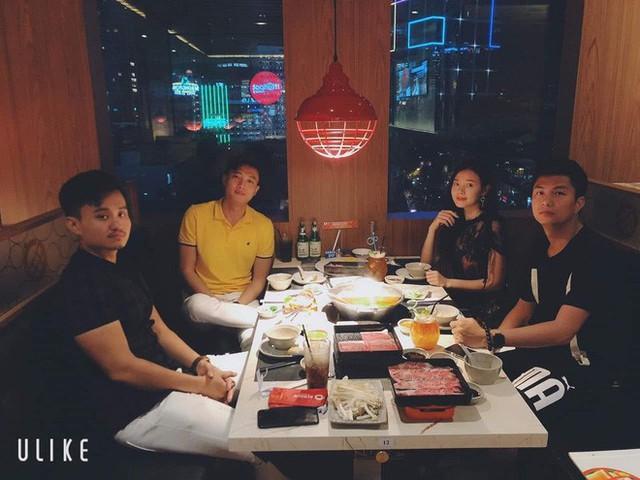 Cặp đôi còn hẹn hò ăn uống cùng bạn bè chung