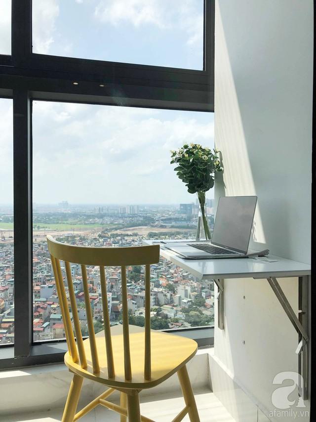 Phía ngoài là ban công có diện tích nhỏ, vừa vặn đặt thêm một góc đa năng. Mọi người trong nhà có thể ngồi làm việc, ăn sáng, thưởng thức cà phê và ngắm nhìn thành phố từ trên cao.