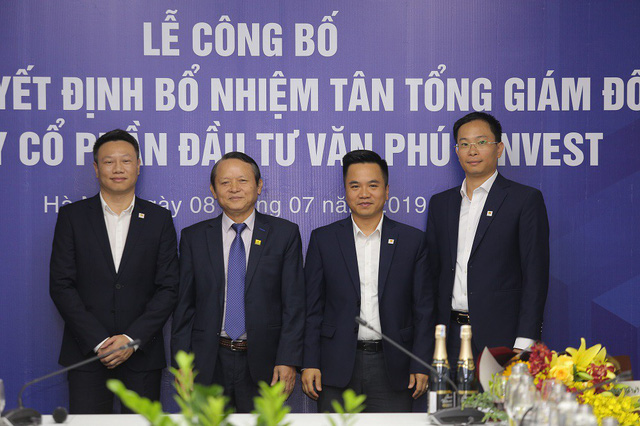 Ông Đoàn Châu Phong (thứ 2 từ trái sang) cùng Ban điều hành của Văn Phú - Invest