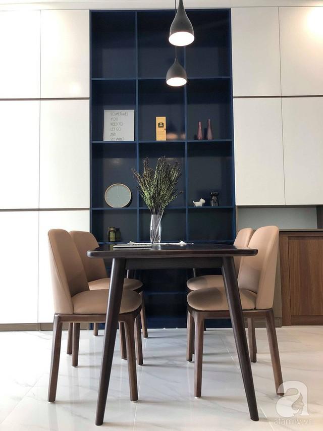 Sự sắp xếp đơn giản nhưng với kiểu dáng bàn, ghế kết hợp khéo léo với hệ thống đèn thả trần giúp không gian ăn uống trở nên thu hút.