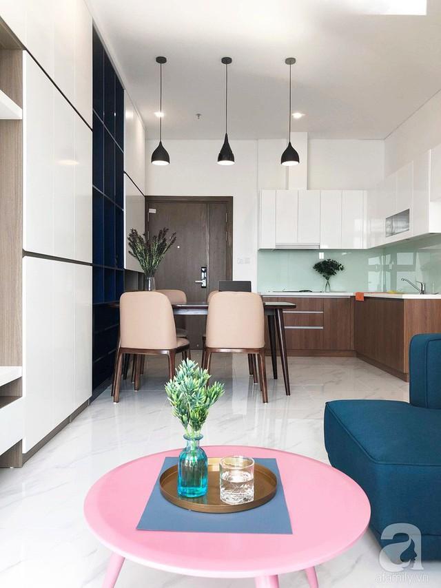 Góc bếp được bố trí sát bức tường cạnh nơi ăn uống hàng ngày. Các khu vực chức năng được bố trí trong cùng một không gian, không có sự ngăn cách mà được liên kết hài hòa bởi ánh sáng và sắc màu.