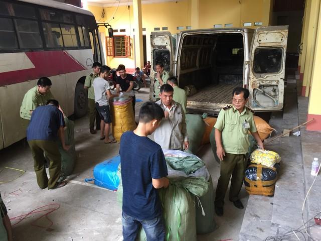 Lực lượng Đội QLTT số 2 đang kiểm tra và thu giữ nhiều lô hàng do Trung Quốc sản xuất.