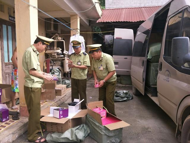 Đội QLTT số 4 kiểm tra mặt hàng mỹ phẩm nhập lậu vận chuyển trên xe ôtô mang BKS 29B-306.18.