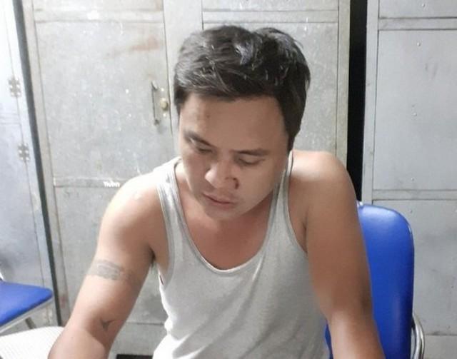 Đối tượng Khánh bị lực lượng công an bắt giữ khi đang ngồi ăn nhậu với bạn bè. Ảnh: Cơ quan Công an cung cấp