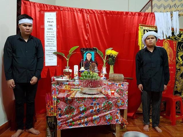 Hai con mù lòa bên ban thờ của chị Liễu. Ảnh Quang Thành
