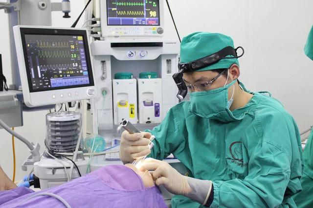 Bác sĩ Bệnh viện Sản Nhi Quảng Ninh cắt amidan cho trẻ. Chỉ những trẻ viêm amidan nhiều đợt cấp (từ 5-7 lần/năm) mới nên cắt.