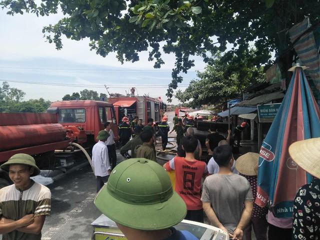 Hà Nam: Phá cửa cứu ngôi nhà cháy ngùn ngụt nghi do chập điện - Ảnh 1.
