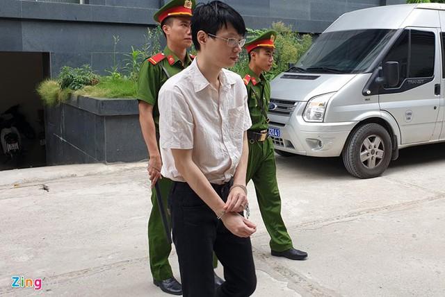 Nguyễn Anh Tú đến tòa sáng 12/7. Ảnh: Hoàng Lam.