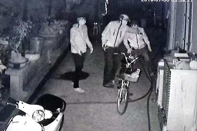 Nhóm thanh niên tìm cách vào nhà ông Ngà. Ảnh cắt từ video.