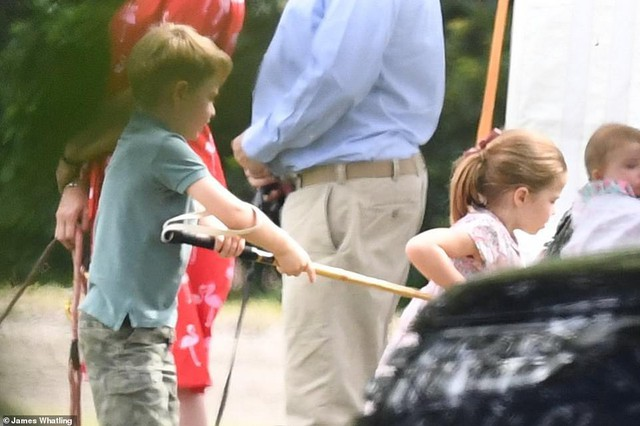 Công chúa Charlotte vui đùa bên anh trai và rất thích đá bóng.