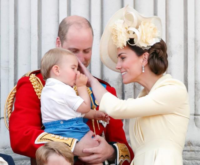 Hoàng tử Louis mút tay trên ban công Điện Buckingham hôm 8/6. Ảnh: PA.