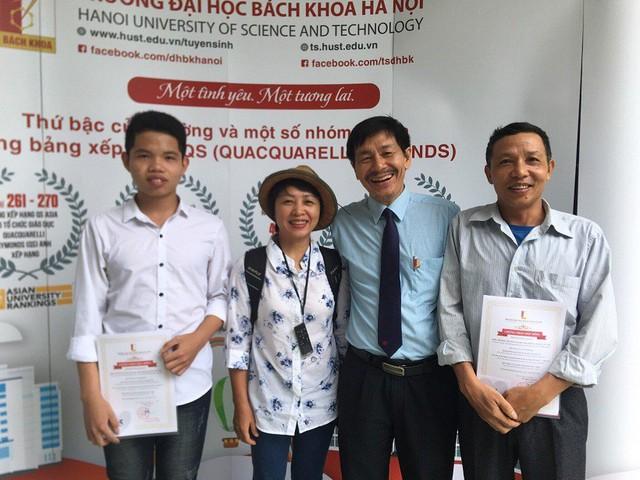 Lê Quang Huy cùng bố (ngoài cùng bên phải) chụp ảnh cùng PGS Trần Văn Tớp, Phó hiệu trưởng Trường ĐH Bách khoa Hà Nội. Ảnh: Phạm Huyền.