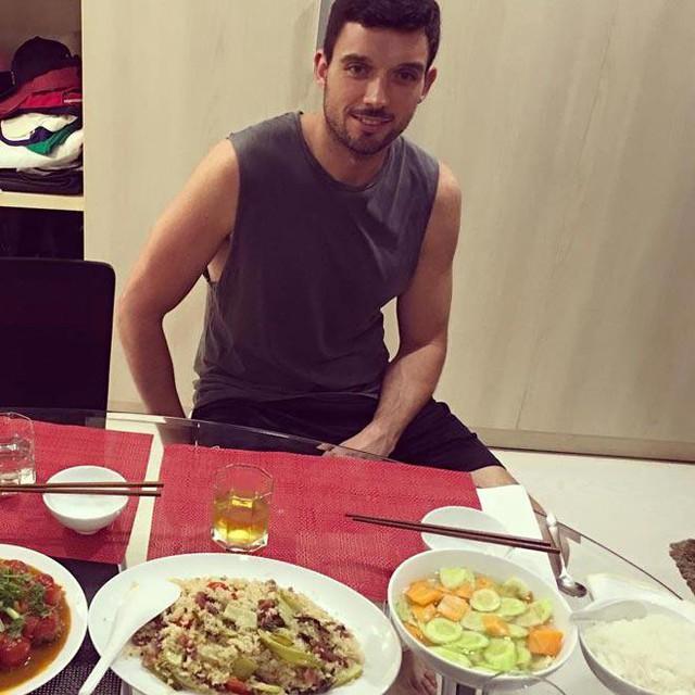 Vẻ mặt hớn hở của chồng Hà Anh khi được ăn món vợ nấu.
