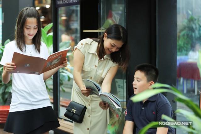 Kim Ngân nỗ lực dạy tiếng Việt cho các con từ lúc nhỏ. Nếu Gulia học rất giỏi, Alberto gặp khó khăn đôi chút. Đến bây giờ, một trong những niềm tự hào của tôi là hai con đối đáp tiếng Việt thuần thục với mẹ và có thể hiểu được những câu nói thông thường khi về Việt Nam.