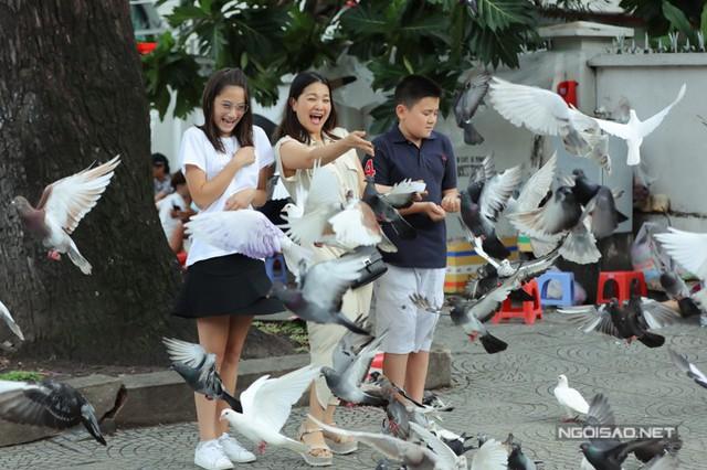 Khoảnh khắc đáng yêu của ba mẹ con khi dạo chơi ở Sài Gòn.