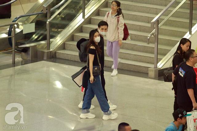 Cặp đôi bất ngờ khi thấy sự hiện diện của người hâm mộ vào lúc tối muôn tại sân bay