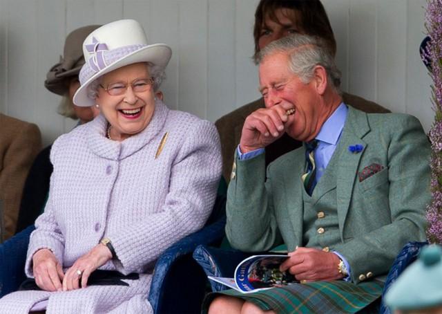 Nữ hoàng cười đùa với Thái tử Charles tại một sự kiện thể thao năm 2013. Ảnh: UK Press.