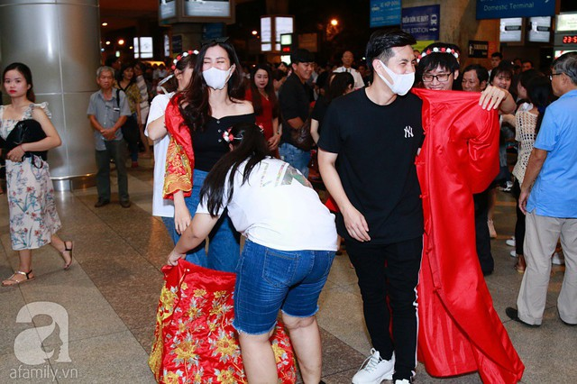 Các fan nhanh chóng cổ vũ cặp đôi mặc đồ cưới để tổ chức hôn lễ nhỏ tại sân bay