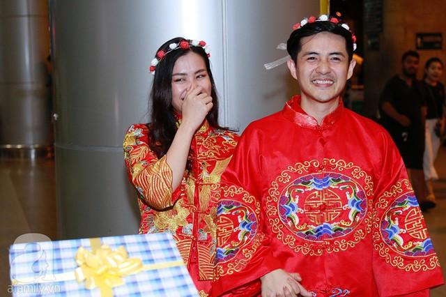 Đông Nhi cười rất tươi khi đứng cạnh Ông Cao Thắng