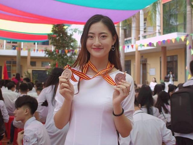 Thùy Linh duyên dáng với áo dài khi là nữ sinh ở trường THPT chuyên tỉnh Cao Bằng.