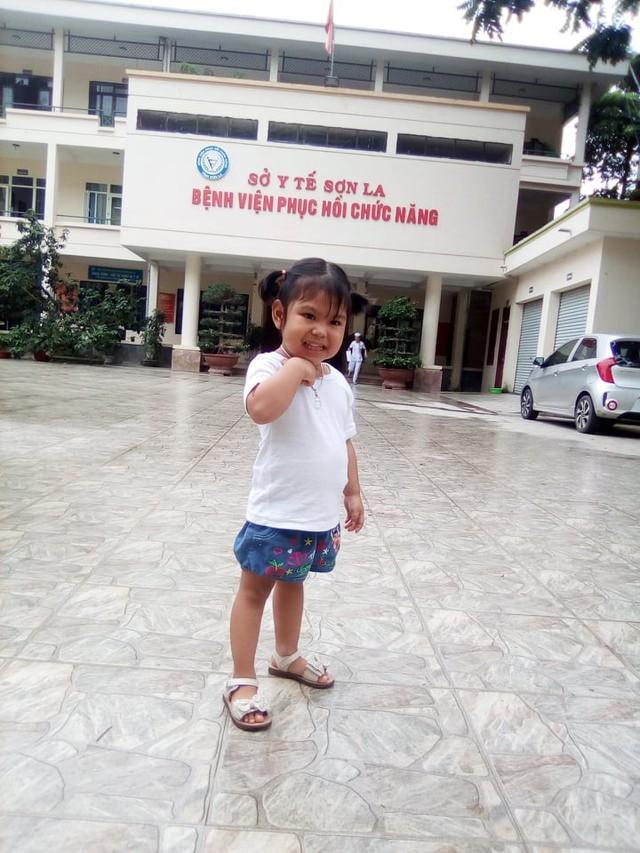 Mẹ bé gái 3 tuổi dân tộc Thái 10 lần phẫu thuật gửi lời cảm ơn độc giả Vòng tay Nhân ái - Ảnh 4.