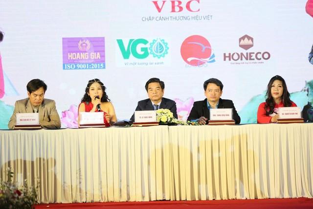 Bà Nguyễn Thụy Oanh và các thành viên trong BTC, Ban chỉ đạo tại cuộc họp báo Nữ hoàng thương hiệu VN