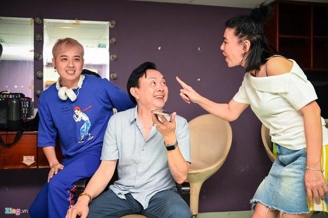 Người đứng sau tổ chức sản xuất, đạo diễn và viết kịch bản cho live show Hoài Linh là Cát Phượng. Nữ diễn viên hài cho hay đây là live show cuối cùng cô làm cho đàn anh, cũng là lần cuối làm show trên sân khấu. Những khó khăn về việc bán vé khiến cô không còn can đảm thực hiện các show tương tự.