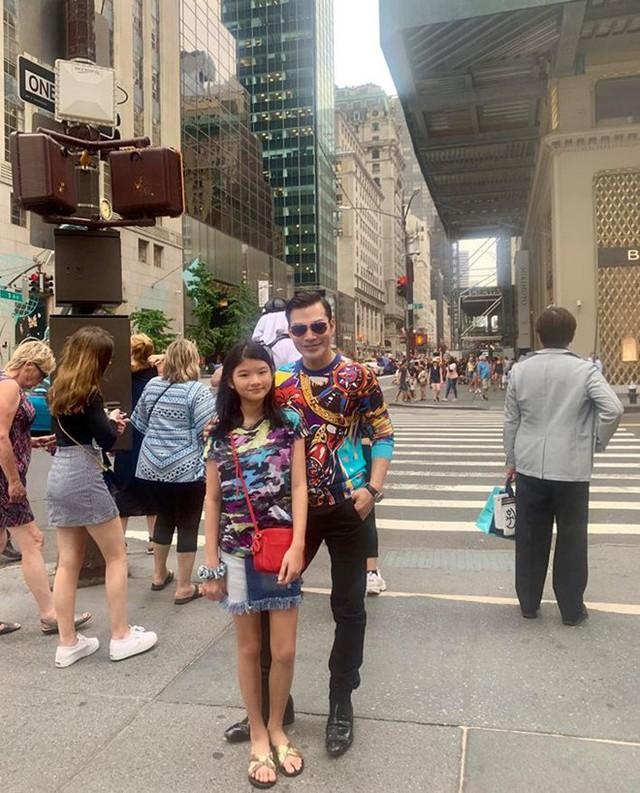 Diễn viên Trần Bảo Sơn cùng con gái Bảo Tiên du lịch New York, Mỹ. Bảo Tiên được nhận xét ngày càng cao lớn và giống bố.