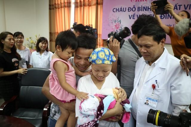 Người mẹ ung thư cùng con trai Bình An lần đầu xuất viện trở về quê - Ảnh 3.