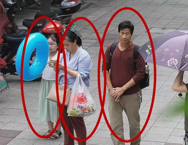Hai vợ chồng họ Lương và họ Tạ lừa gia đình bé Trương Tử Hân đưa em đi ăn cưới cùng để làm phù dâu nhí