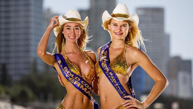 Ở khu du lịch Surfers Paradise thuộc thành phố Gold Coast (Australia), các cô gái trẻ đẹp mặc bikini vàng bỏ thêm đồng xu vào đồng hồ tính giờ để du khách không bị phạt vì đỗ xe quá thời gian cho phép. Không những thế, họ còn giới thiệu cho du khách biết cách mà máy đo giờ hoạt động. Mô hình này được doanh nhân Bernie Elsey đưa ra vào năm 1965, và hiện được Hiệp hội Tiến bộ Surfers Paradise sử dụng và khai thác. Ảnh: Gold Coast Bulletin.