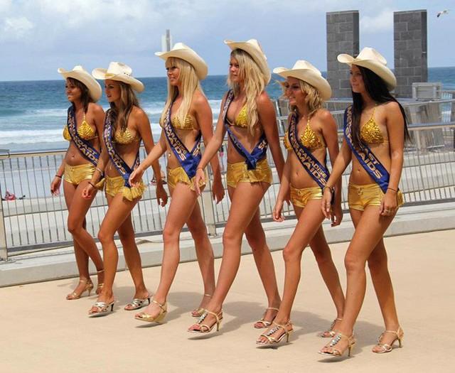 Việc tự ý bỏ thêm tiền vào máy đo giờ là bất hợp pháp tại Surfers Paradise. Tuy nhiên, các cơ quan pháp luật địa phương đã có cái nhìn tích cực hơn khi hành động này từ những cô gái mang bikini vàng đã thu hút sự tò mò, thích thú của du khách. Hội đồng thành phố Gold Coast cũng bỏ qua, không cấm mô hình này vì nó mang lại hiệu quả cho ngành du lịch địa phương. Ảnh: Daily Star.