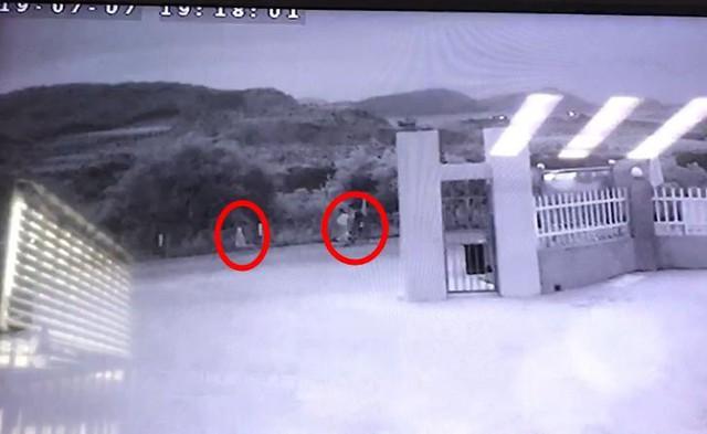 Vào khoảng hơn 19h ngày 7/7, camera an ninh còn ghi lại được hình ảnh của 3 người xuất hiện cùng nhau ở nơi đây...