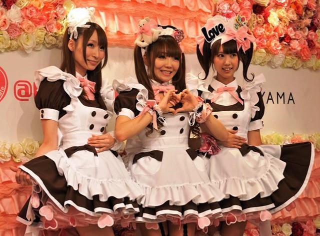 Ở Nhật Bản có một mô hình kinh doanh quán cà phê được biết đến với tên gọi no-pan kissa (quán cà phê không đồ lót). Tại đó, những nữ nhân viên phục vụ mang váy ngắn nhưng lại không mặc quần lót. Giá đồ uống của những quán cà phê này đắt hơn rất nhiều so với những quán thông thường khác. Nhiều phụ nữ chọn nơi này để làm việc vì được trả lương cao và không đối mặt với nguy cơ bị khách hàng động chạm hay lạm dụng. Ảnh: Wild Russia.