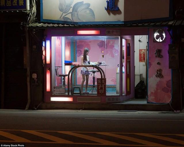 Mỹ nhân trầu cau hay Tây Thi trầu cau là một khái niệm nhằm chỉ những cô gái trẻ đẹp, ăn mặc gợi cảm bán trầu cau và thuốc lá trong những quầy hàng dọc đường tại các thành phố ở Đài Loan. Họ thường thuộc tầng lớp ít học thức và được trả lương cao cho công việc này, nhưng họ không hoạt động mại dâm. Ảnh: Alamy.