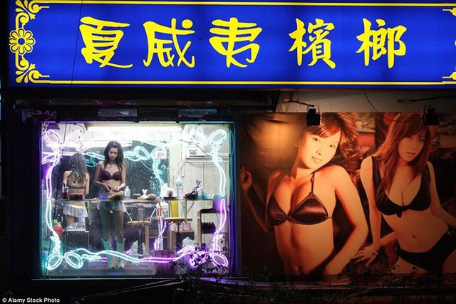 Việc những mỹ nhân trầu cau ăn mặc khêu gợi đã gây tranh cãi trong xã hội Đài Loan vốn mang nặng truyền thống Á Đông. Năm 2002, chính quyền Đài Loan đã ban hành một bộ luật yêu cầu những cô gái này phải mang đồ kín đáo hơn. CNN đưa tin vào năm 2002, chính quyền tại đây tuyên bố việc ăn mặc hở hang để bán hàng làm mất thể diện Đài Loan, gây ra nhiều vụ tai nạn giao thông và lạm dụng tình dục. Ảnh: Alamy.