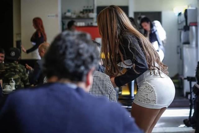 Các quán cà phê khoe đùi từ lâu đã phổ biến tại Chile. Ở đây, những nữ nhân viên phục vụ thường mang váy ngắn và giày cao gót nhằm làm nổi bật đôi chân gợi cảm. Đến giữa những năm 1990, nhiều người chuyển sang mặc bikini hoặc những trang phục tương tự. Ảnh: La Tercera.