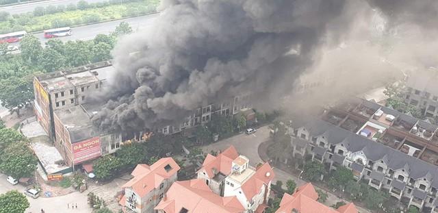 Hà Nội: Cháy lớn, nhiều biệt thự bị thiêu rụi cạnh Thiên Đường Bảo Sơn - Ảnh 1.