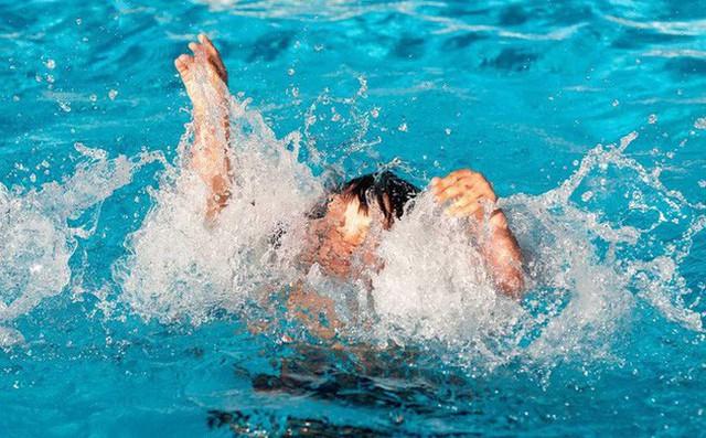 Bị dốc ngược khi cấp cứu đuối nước, bé trai 12 tuổi rơi vào nguy kịch - Ảnh 1.