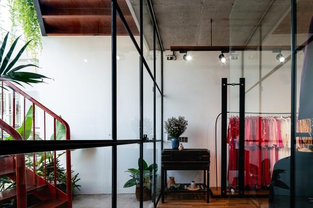 Tầng 1 và 2 phục vụ cho công việc kinh doanh của cặp vợ chồng trẻ, là khu trưng bày váy cưới kết hợp studio chụp hình.