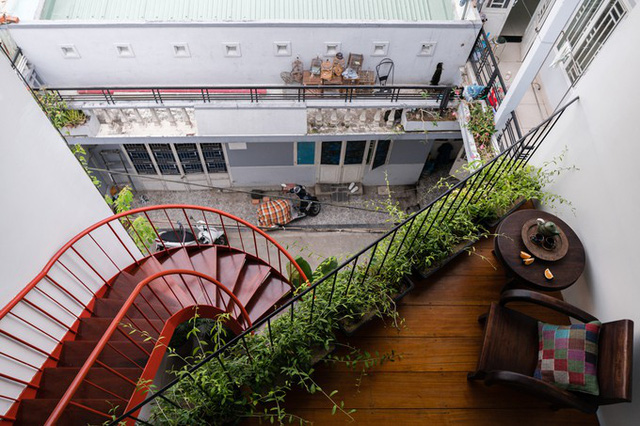 Ngồi ở cầu thang hay ban công dưới mái hiên, chủ nhà có thể thấy khung cảnh sinh hoạt của khu phố. Bên cạnh đó, nhờ vườn cây xanh, họ có cảm giác như được quay trở lại ngôi nhà ở quê.