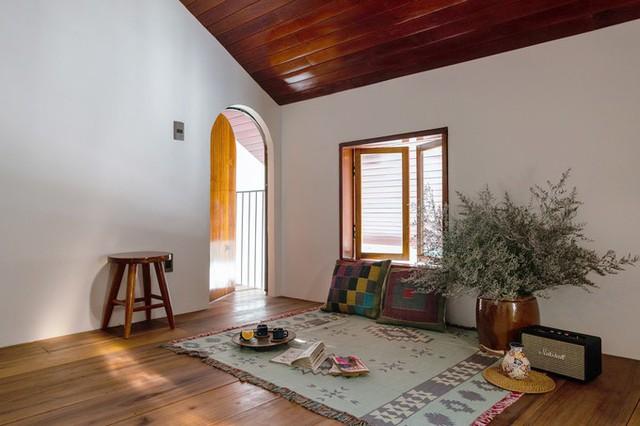 Tầng lửng trên cùng nhà được lớp mái ngói, bên dưới đóng trần gỗ, giống như mái và trần của những ngôi nhà nông thôn.