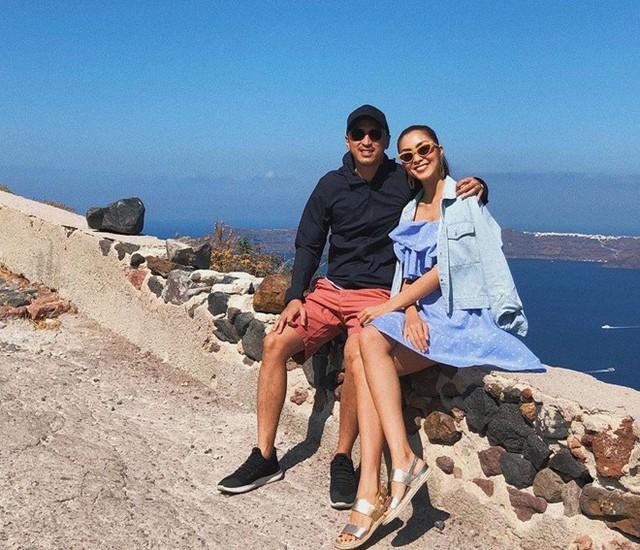 Trên Instagram, Tăng Thanh Hà và ông xã Louis Nguyễn cùng chia sẻ hình ảnh hạnh phúc trong chuyến du lịch đến đảo thiên thần Santorini, Hy Lạp. Bên bãi biển trong xanh, vợ chồng ngọc nữ tươi tắn, ôm nhau tình cảm. Sau 7 năm kết hôn, có hai con, tình cảm của cả hai vẫn mặn nồng. Thỉnh thoảng, cặp đôi chia sẻ những khoảnh khắc ngọt ngào với nhau trên trang cá nhân.