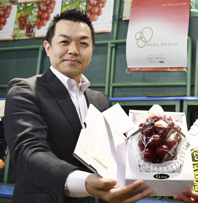 Một chùm nho Ruby roman vừa được đấu giá ở Nhật Bản với giá 1,2 triệu yen