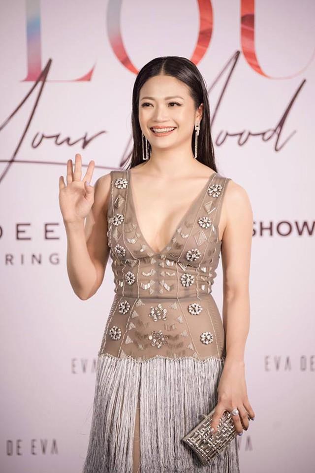 Vài năm trở lại đây, Kiều Anh chăm chỉ xuất hiện trong các sự kiện giải trí. Mỗi khi lộ diện, cô đều tự tin mặc những độ đồ đầy gợi cảm.