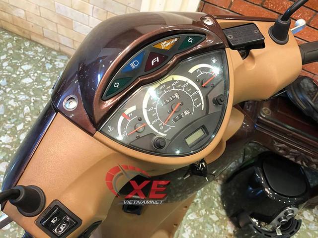 Bảng đồng hồ đặc trưng của cách đây hơn chục năm với số kilomet đã đi chỉ hơn 1.500 km Chủ xe vẫn giữ gìn 2 chìa khóa gin và quyển sách hướng dẫn sử dụng