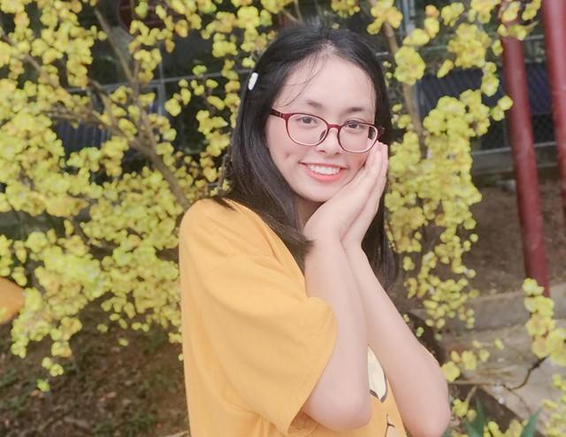 Tại Hà Nội, Nguyễn Thị Trà My (lớp 12A1, trường THPT Hồng Thái, huyện Đan Phượng) đạt 28,4 điểm, trở thành thí sinh có tổng điểm 3 môn xét tuyển khối D1 cao nhất cả nước năm 2019. Cụ thể, Trà My có số điểm Toán 9,4; Ngữ văn 9, Tiếng Anh 10.
