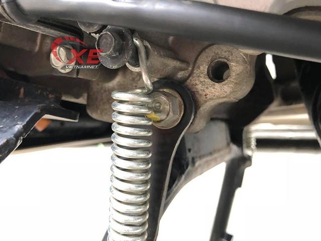 Thậm chí ốc ở chân chống xe vẫn giữ màu sơn chấm lúc mới xuất xưởng