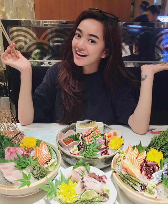 Có lẽ việc sống xa gia đình từ nhỏ giúp Kaity Nguyễn mới 19 tuổi đã vừa sành ăn lại vừa sành nấu nướng.