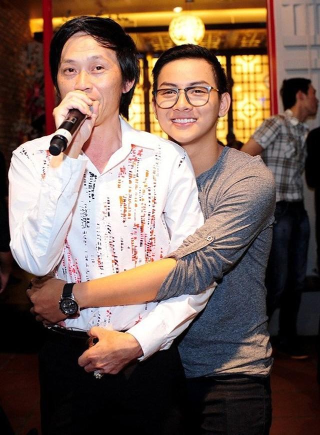 Hoài Lâm được biết đến là con trai nuôi của nghệ sĩ Hoài Linh